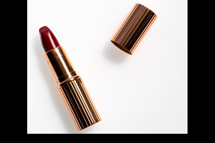 Charlotte_Tilbury_Matte_Revolution_lipstick_Red_Carpet_Red.png